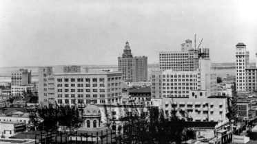 Construction of new courthouse around old courthouse in 1926